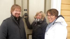 Tomi Tornberg, Katri Lax och Patrica Strömbäck utanför Malax kyrka