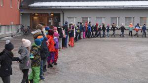 Hand i hand runt Kvarnbackens skola i Borgå