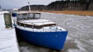 Båt vid frusen å.