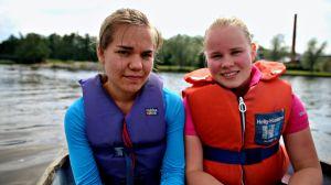 Noora-Kaisa Rantanen och Vilma Kangasaho åker med roddbåten.