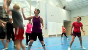 Damer spelar basket.