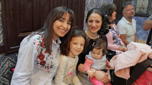 En grupp muslimska kvinnor inne i synagogan på Djerba.