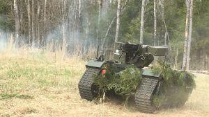 Ett fjärrstyrt obemannat militärfordon i aktion under en uppvisning i Estland.