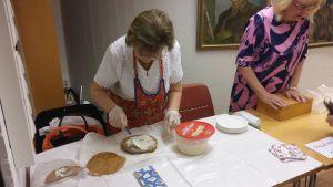 En kvinna lagar traditionella karelska piroger som kallas för sultsina.