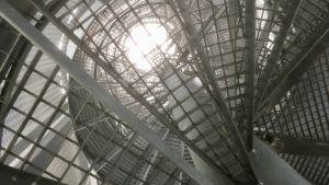 Spiraltrappan i tornet vid Arvo Pärt-center när man tittar rakt uppåt.