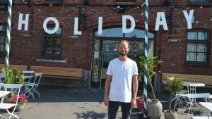 Krögaren Ville Realnder framför sin restaurang Holiday Bar