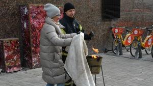 Nina Hyvönen, lärare vid Cygnaeus skola i Åbo, använder en brandfilt.