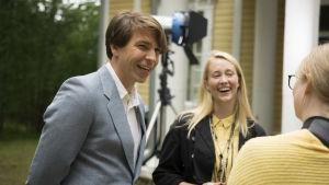 en ung man och en ung kvinna som skrattar.