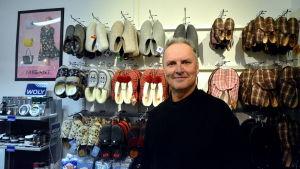 Stefan Lindroos i sin skoaffär.