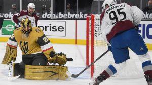 Vegas målvakt Marc-André Fleury räddar André Burakovskys skott.