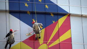 Makedonian pääkaupungissa Skopjessa pestiin lipuin koristettuja ikkunoita helmikuussa.