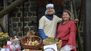 Försäljare i medletida kläder på marknaden i Dalsbruk.