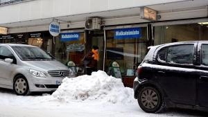 Snöhög på parkeringsplats.