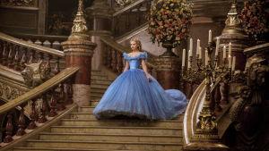 Lily James som Askungen i Disneyfilmen Cinderella.