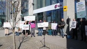 Ett dussin ester demonstrerar mot planer på att bygga en vindkraftspark utanför ön Dagö.