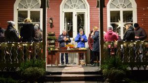 Gäster på Strömsös veranda.