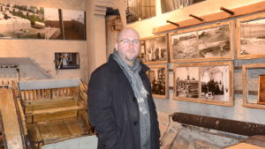 Heikki Sankari esittelee Kakolanmäen museota.