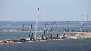 Borbygge över Kertjsundet mellan Krim och Ryssland.