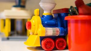 Leksaker på hylla i dagis