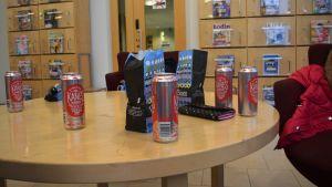 Godis och läsk på ett bord i ett bibliotek