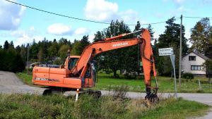 grävmaskin vid landsväg
