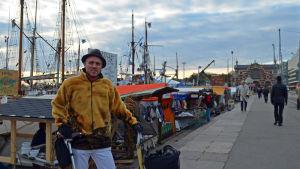 Timo Santala, matkulturstrateg i Helsingfors, vid Salutorget