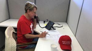 Jeanette Botti sitter och ringer samtal till väljare för att övertyga dem att rösta på Donald Trump.