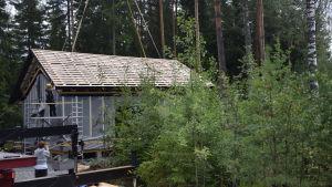 Ett tak lyfts på ett elementhus. Nu är det på.