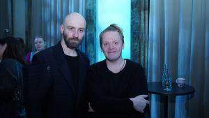Säveltäjät Pekka Kuusisto ja Samuli Kosminen katsovat kameraan.