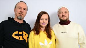Juha-Pekka Sillanpää, Minja Koski ja Mikko 'Pyhimys' Kuoppala seisomassa
