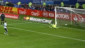 Carlos Tevez sätter avgörande straffen, Copa America 2015, kvartsfinal Argentina-Colombia.