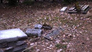 Två gamla avloppsbrunnar