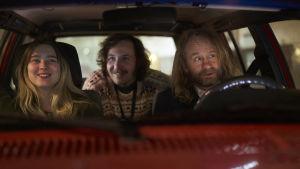 Saga (Clara Christiansson Drake), Gösta (Vilhelm Blomgren) och pappa Tomas (Mattias Silvell) i en bil.