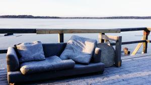 Soffa utomhus.
