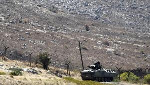 En turkisk pansarvagn bevakar gränsen mellan Turkiet och Syrien.