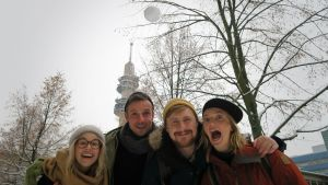 BUU-klubbsledarna poserar framför Yle-tornet i Böle