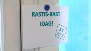 """En lapp på väggen med texten """"Rastis-rast i dag!""""."""