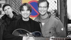 Kalle, Emil och Henrik i bandet Pastis poserar utomhus med gitarr.