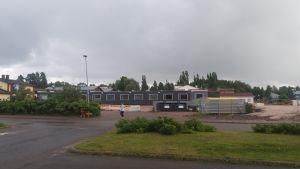 Bild av baracker för skolelever i Aleksis KIven koulu i Sjundeå.