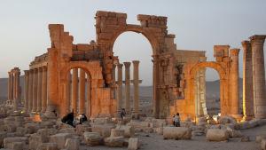 Jihadisterna har förstört flera berömda fornminnesmärkeni Palmyra, bland dem den antika Triumfbågen.