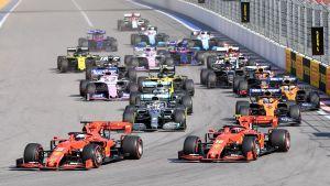 Sebastian Vettel kör förbi Charles Leclerc i starten i Rysslands grand prix.