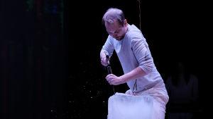 Foto från Klockriketeaterns och Von Krahl Teaterns samproduktion Ice.
