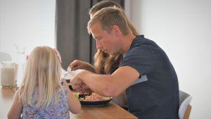 Jac Karlsson vid matbordet med dotter Majken och fru Malin.