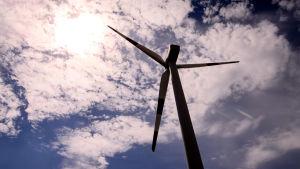 Ett vindkraftverk mot molnig himmel.