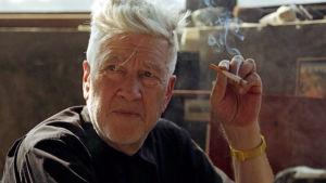 David Lynch tupakka kädessä. Kuva dokumenttielokuvasta David Lynch: The Art Life.