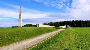 Minnesmärket ligger på kullen Maarjamäe och sträcker sig ända till strandkanten.