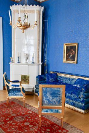"""Hakoisten kartanon yläkerran sinisen salongin eli """"Kuninkaanhuoneen"""" kustavilaista kalustusta"""
