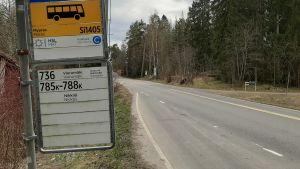 En busshållplats.