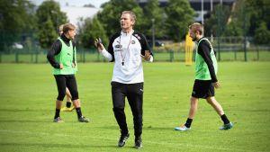 Jonatan Johansson leder träning i TPS 2020.