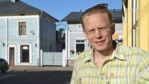 Porträtt av Timo Virtala i solskenet.